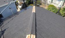 棟用の屋根材を載せます。